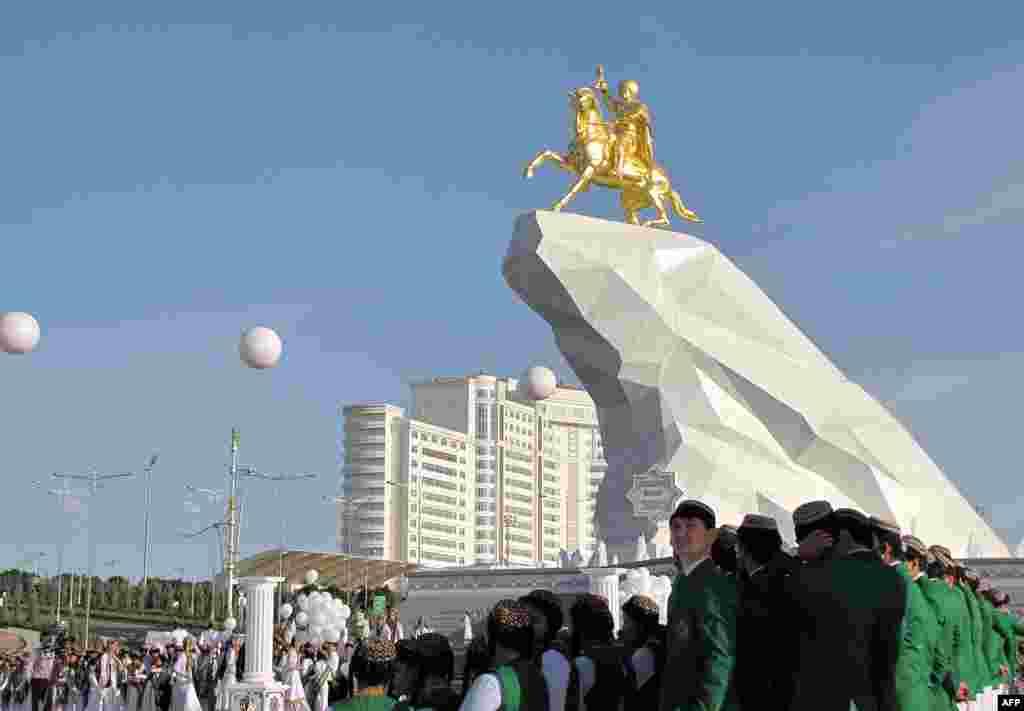 Впрочем, мир порой бывает несправедлив. Президент Туркменистана Гурбангулы Бердымухамедов может похвастаться не только портретами практически во всех публичных местах, но и прижизненным золотым памятником в Ашхабаде,а ведь он набрал на выборах 2012 года меньше голосов, чем Назарбаев – всего 97,14%