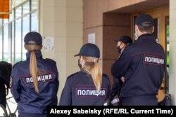 """Полицейские возле гостиницы """"Россия"""" в Великом Новгороде, 22 мая 2021 года"""