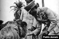 Император Хайле Селассие с одним из своих ручных львов