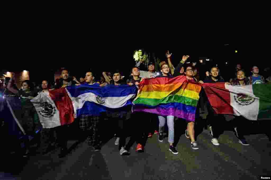 Протесты прошли в Окланде, в университетском кампусе Санта Барбары, Сан Диего, городке Дэвис вблизи Сакраменто и Лос-Анджелесе, Чикаго, Нью-Йорке, Сиэтле, Остине и Фениксе