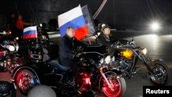 """Владимир Путин едет на мотоцикле вместе с """"Ночными волками"""""""