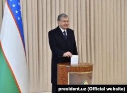Президент Узбекистана голосует на выборах