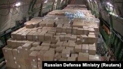 Коробки с медицинским оборудованием на борту российского военно-транспортного самолета перед его вылетом в США