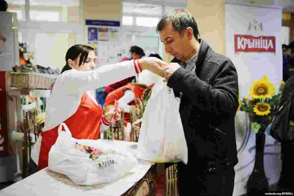 Раздача продуктовых подарков на одном из избирательных участков в Минске