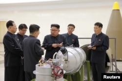 Ким Чен Ын с боеголовкой 3 сентября 2017 года