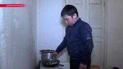 """""""Он у нас уже повзрослел"""": киргизский пятиклассник заботится об отце-инвалиде, младшем брате и сестре"""