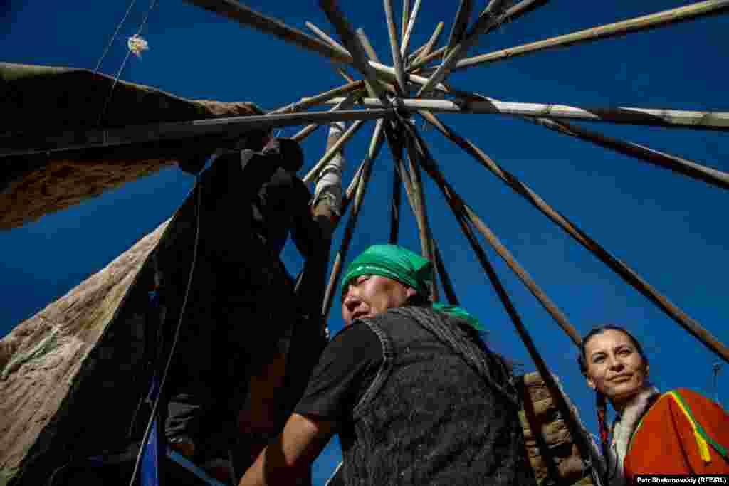 На время праздника в Дудинке построили традиционные чумы, жилища коренных народностей