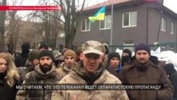 """""""NewsOne ведет сепаратистскую пропаганду"""": чего хотят активисты, которые блокируют телеканал в Киеве?"""