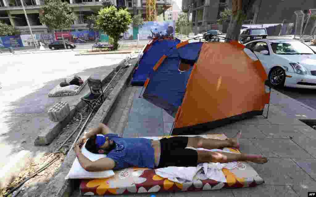 Нашлись и те, кто разбил палаточный лагерь напротив министерства, он стоит почти две недели