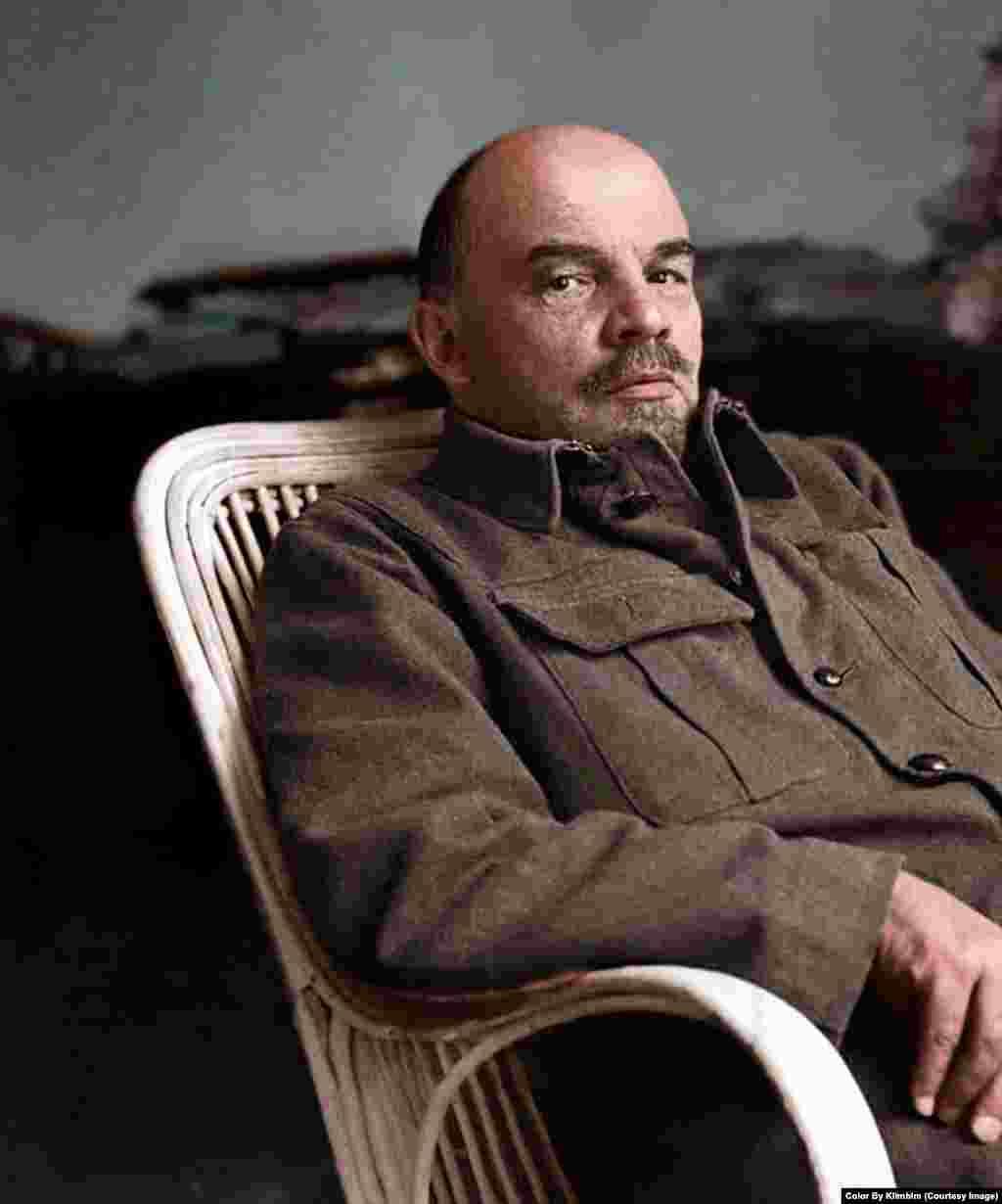 Глядя на эту фотографию, можно даже услышать скрип плетеного кресла, в котором сидит Ленин