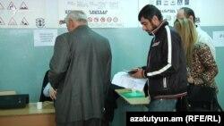 Выборы на участке в Ереване, 2 апреля 2017 года