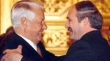 Russia -- Boris Yeltsin (L) with Alyaksandr Lukashenka in Moscow, 1999