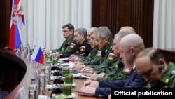 Евгений Пригожин (второй справа) за столом переговоров в составе российской делегации