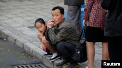 Люди на улицах Пхеньяна, Северная Корея