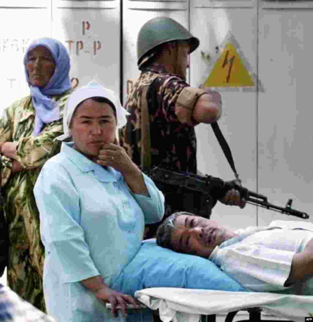 Военные открыли огонь по демонстрантам на центральной площади города Андижан