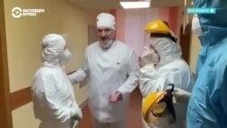 """Маска на подбородке и рукопожатия: как Александр Лукашенко посетил """"красную"""" зону больницы для пациентов с коронавирусом"""