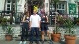 Омир Озкалп (в центре) у входа в отель и кафе, которые он открыл в местечке Хатценпорт в Германии