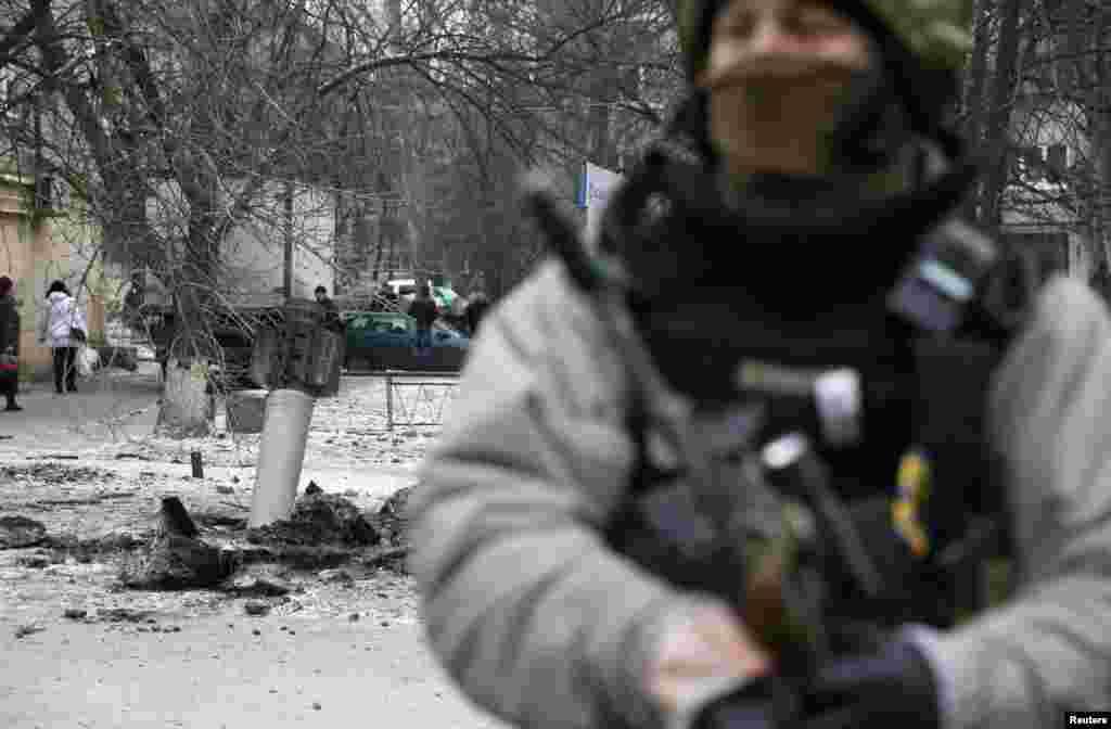 Украинский военный на месте, где упал один из снарядов