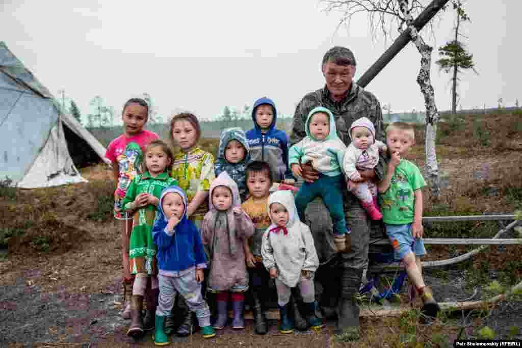 Глава семьи Ефим Мултанов с внуками