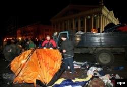 Муниципальные работники убирают палатки после того, как милиция разогнала импровизированный лагерь сторонников оппозиции в центре Минска, в пятницу, 24 марта 2006 года