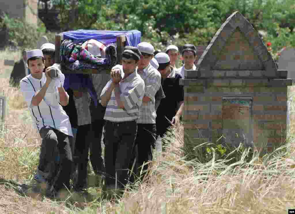 Президент Ислам Каримов и правительство страны имеют свою точку зрения на события. По их версии, были убито 187 человек, в большинстве – исламские боевики