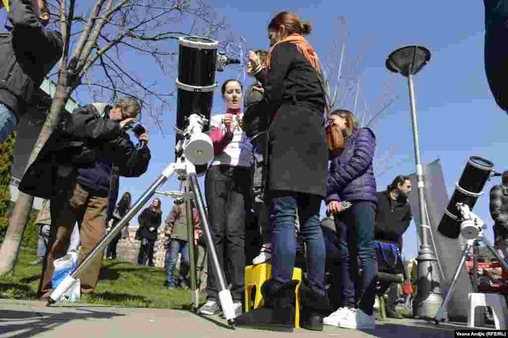 Жители Белграда наблюдают солнечное затмение