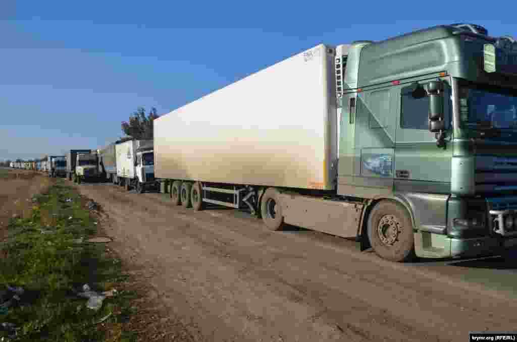 Длинные очереди грузовых автомобилей на границе не редкость