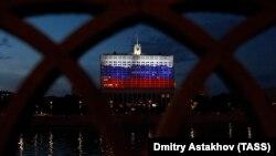 Дом Правительства в Москве, украшенный подсветкой ко Дню России, 11 июня 2020 года. Фото: ТАСС
