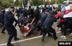 Милиция и ОМОН задерживают студентов в Минске, 1 сентября 2020 года. Фото: EPA-EFE