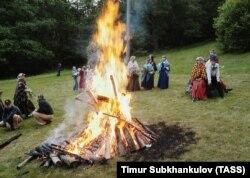 """Празднование латвийского праздника """"Лиго"""" на Международном фольклорном фестивале, 2004 год. Фото: ТАСС"""