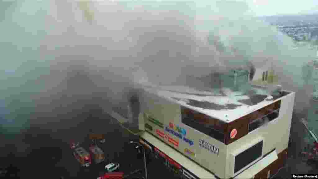 """По данным МЧС, возгорание, причина которого пока неизвестна, произошло на четвертом этаже торгового центра """"Зимняя вишня"""", где находился кинотеатр и детские игровые площадки"""