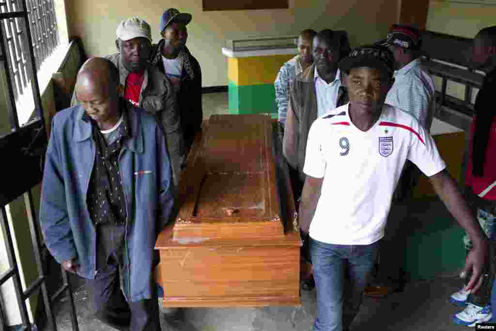 Родственники и друзья несут гроб с телом погибшего от рук полицейского Джексона Мулы. Близкие Джексона говорят, что его подстрелил полицейский на одном из рынков Найроби
