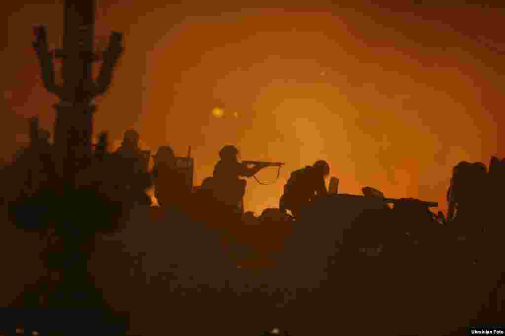 Около восьми вечера 18 февраля силовики объявили о начале антитеррористической операции и приступили к штурмубаррикад на Майдане Независимости с использованием бронетехники