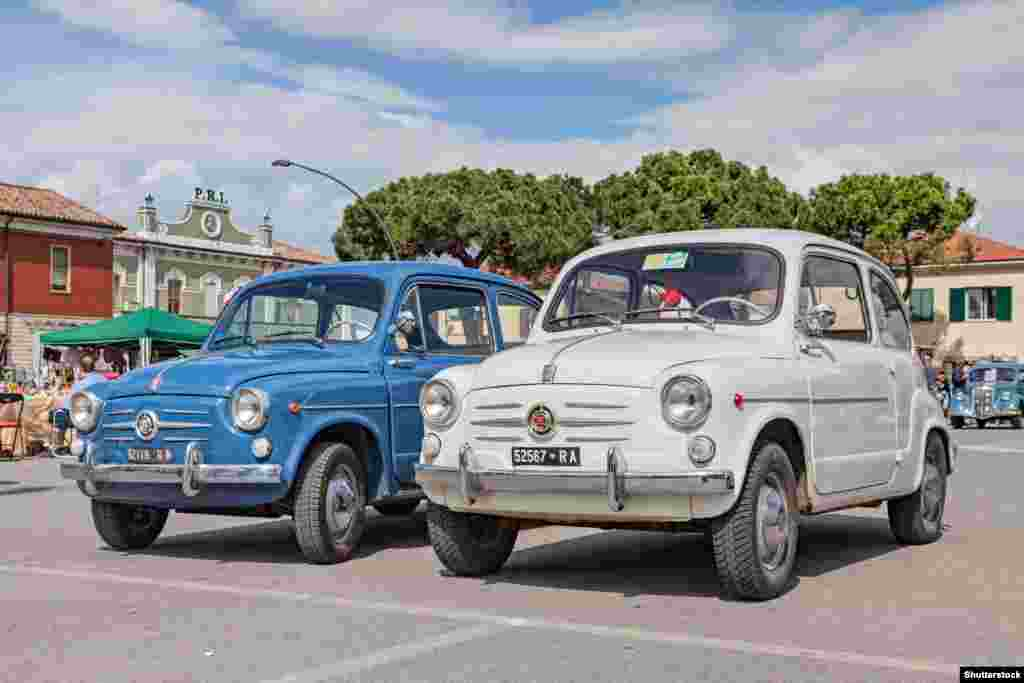 """Советские дизайнеры """"черпали вдохновение"""" не только в США. Итальянский игривый Fiat 600 завоевал популярность по всей Европе. За пять лет после его выпуска в 1955 году было продано более миллиона машин"""