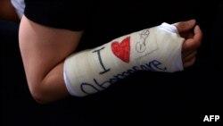 """Гипс с автографом Барака Обамы и надписью """"Я люблю """"Обамакэр"""""""