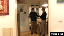 Австрийский волонтер Алекс Фолон приехал посмотреть квартиру Надин, которая хочет взять кота из Бреста