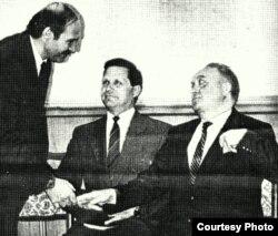 """Вячеслав Кебич (справа) подает два пальца Александру Лукашенко во время регистрации кандидатов в президенты, 31 мая 1994 г. Фото из газеты """"Свобода"""""""