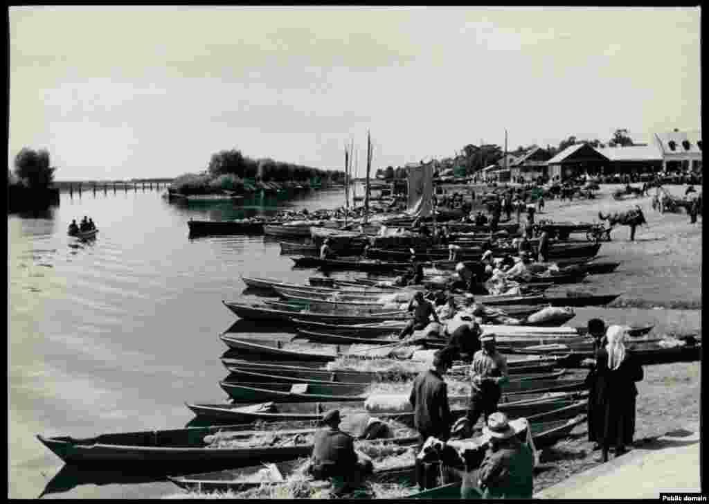 В Полесье было чрезвычайно много озер, рек и болот, и лодки были основным и самым легким способом добраться из одного населенного пункта в другой