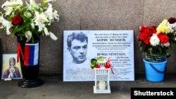 Мемориал на Большом москворецком мосту, где в 2015 году был убит Борис Немцов
