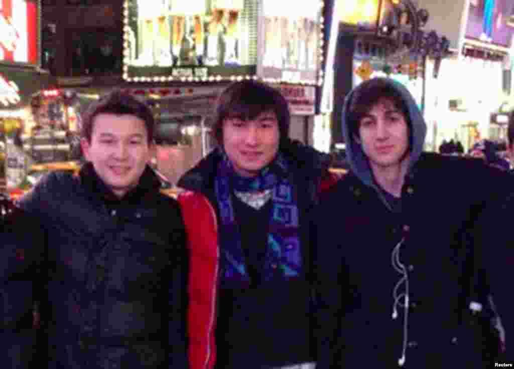 Джохар Царнаев со своими друзьями, казахстанскими студентами Азаматом Тажаяковым (слева) и Диасом Кадырбаевым (в центре), в Нью-Йорке. Они находятся под стражей по делу о воспрепятствовании расследованию дела о взрывах в Бостоне. Приговор в отношении казахстанцев, возможно, будет вынесен в этом году.