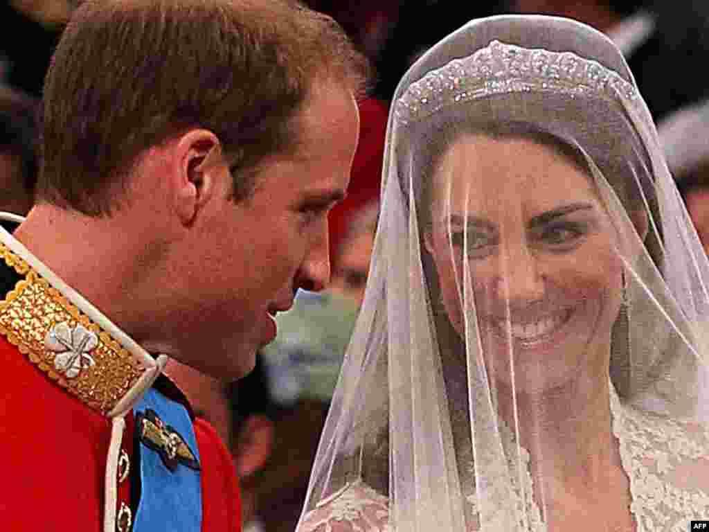 Герцогиня Кембриджская и Принц Уильям во время брачной церемонии в Вестминстерском соборе, апрель 2011 года