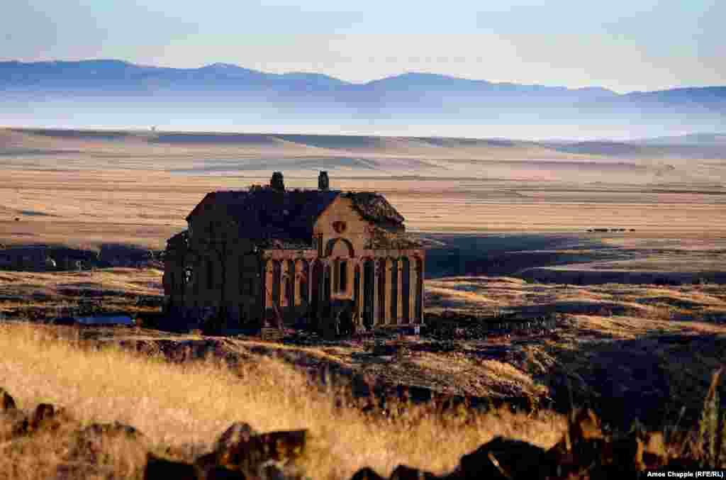 """Руины главного собора Ани. Его строительство началось в 989 году и было закончено в 1001-м. Архитектором здания был Трдат, один из самых известных строителей средневековой Армении. После захвата города турками собор был превращен в мечеть и переименован в Fethiye Camisi (""""Мечеть Победы""""). В 1124 собор был возвращен христианам, но уже два века спустя был сильно разрушен землетрясением."""