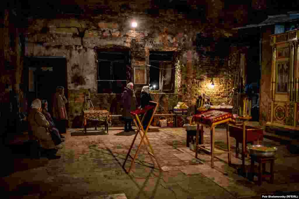 Пасхальная служба в разрушенном храме в Петровском районе Донецка