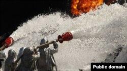 Пожарные заливают пеной горящие цистерны на нефтебазе под Киевом