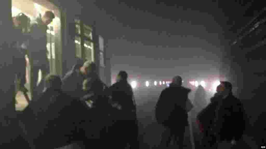 Пассажиры выходят из поезда метро в туннель между станциями Арс-Луа и Маельбекпосле взрыва на станции Маельбек в центре Брюсселя