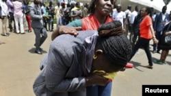 """Кения - сотрудница """"Красного Креста"""" утешает родственницу одного из застреленных студентов в кампусе 2 марта 2015"""