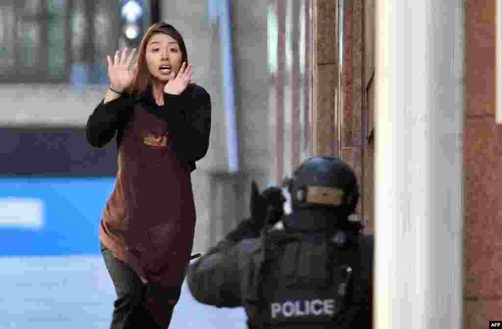 Пятерым заложникам удалось убежать. Эта девушка - одна из них