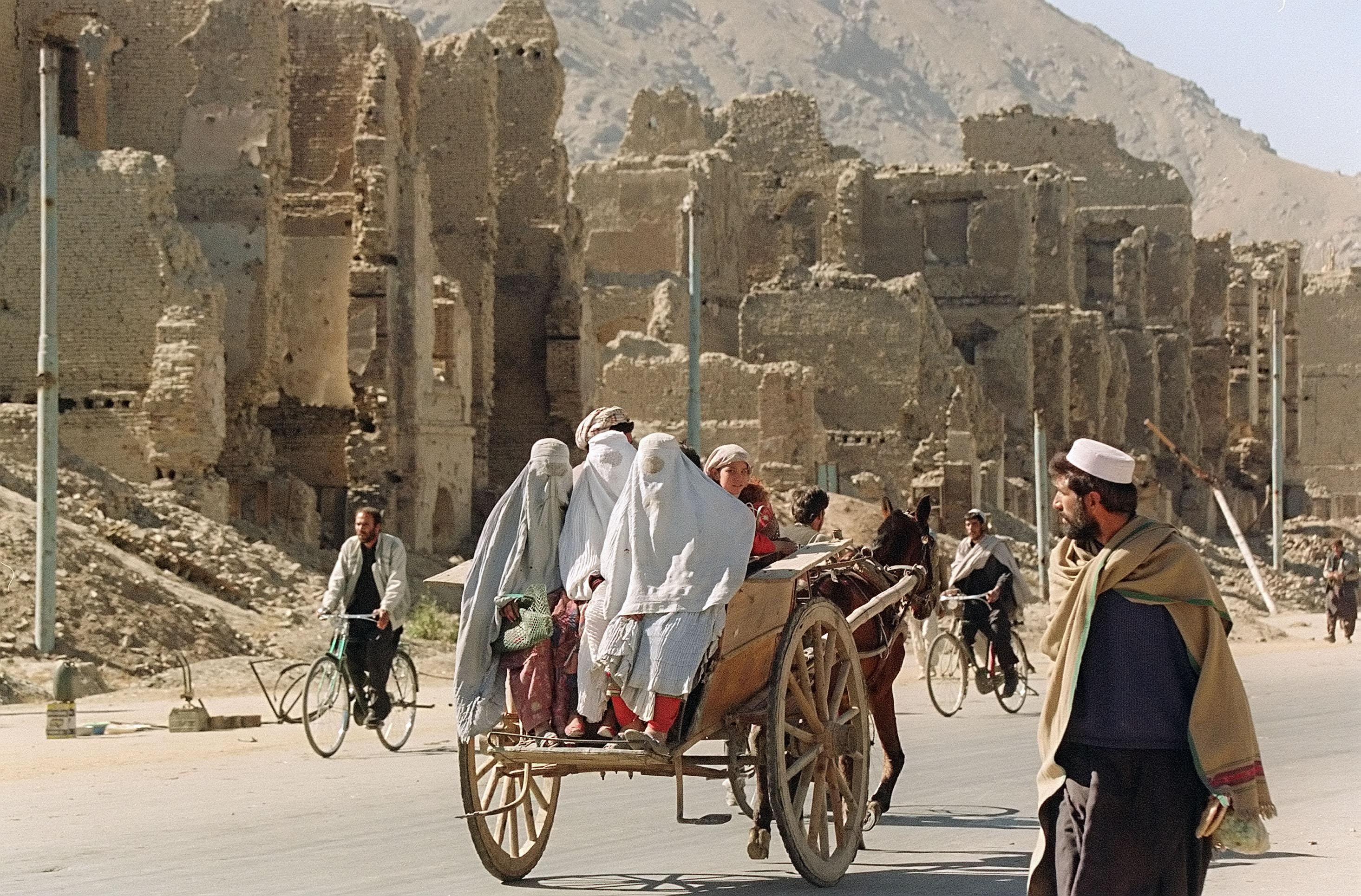 Сторонники движения «Талибан» на подходе к Кабулу, Афганистан. 3 октября 1996