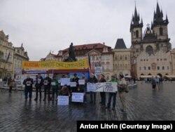 Жена Ильдара Дадина и активисты на центральной площади в Праге с пикетом против пыток в российских тюрьмах