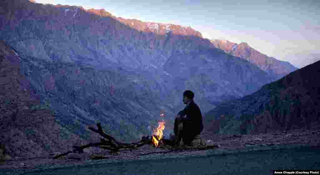 Вдоль границы между Ираном и Ираком расположен регион Курдистан. Часто через горы из Ирака провозят контрабандный алкоголь – в Иране он запрещен. На черном рынке в Иране банку пива можно купить примерно за $10
